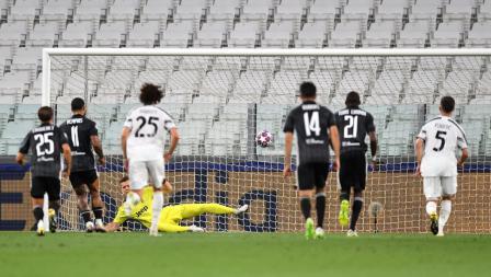 Momen Memphis Depay mencetak gol dalam laga Liga Champions Juventus vs Lyon.