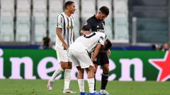 Indosport - Paulo Dybala tertunduk lesu usai Juventus disingkirkan Lyon di ajang Liga Champions