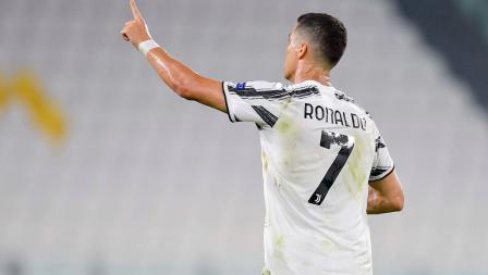 Cristiano Ronaldo berselebrasi usai mencetak gol dalam laga Liga Champions Juventus vs Lyon.