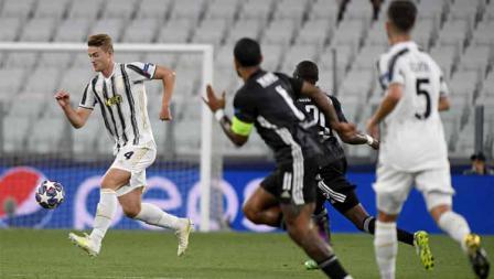 Pemain Juventus, Matthijs de Ligt saat mengontrol bola dalam laga Liga Champions Juventus vs Lyon.
