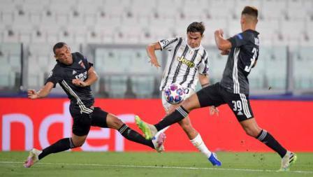 Pemain Juventus, Paulo Dybala bersaing berebutkan bola dengan pemain Lyon Bruno Guimaraes dalam laga Liga Champions Juventus vs Lyon.