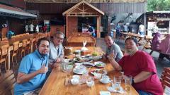 Indosport - CEO PSIS Yoyok Sukawi, GM PSIS Wahyu Winarto, GM Arema FC Ruddy Widodo, dan Manajer Persebaya Candra Wahyudi melakukan santap siang di Kampung Laut, Semarang.