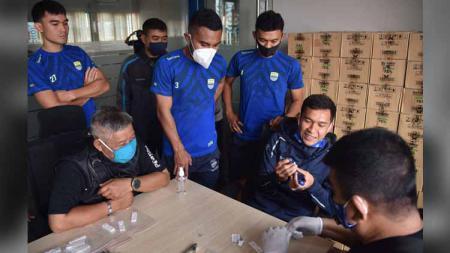 Pemain Persib Bandung, menjalani rapid tes di Graha Persib, Jalan Sulanjana, Kota Bandung, Minggu (09/08/20). - INDOSPORT