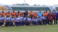 Indosport - laga persahabatan antara Bersaudara Grup melawan All Star Kabupaten Tanah Laut (Tala) Kalimantan Selatan di Stadion Demang Lehman, Martapura.