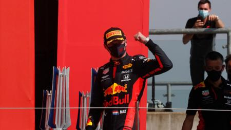 Terpaut jauh dari Lewis Hamilton yang berada di puncak klasemen sementara F1, Max Verstappen dipercaya masih bisa menyusul pembalap andalan Mercedes itu. - INDOSPORT