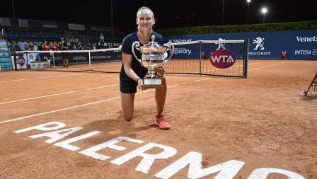 Fiona Ferro berpose dengan trofi Palermo Terbuka usai menang atas Anett Kontaveit, 6-2 dan 7-5.