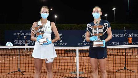 Prosesi penyerahan trofi Palermo Terbuka 2020 kepada Fiona Ferro dan Anett Kontaveit yang mengenakan masker dan sarung tangan.