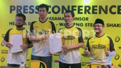 Indosport - Mohammad Ahsan/Hendra Setiawan menandatangani kontrak sponsor dengan Waroeng Steak & Shake, Senin (10/08/20).