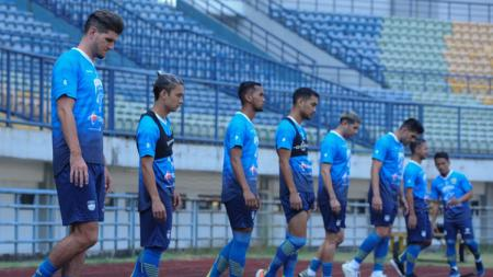Pelatih Persib Bandung, Robert Rene Alberts, menegaskan tidak memberikan izin kepada pemainnya untuk mengikuti pertandingan tarkam atau antar kampung. - INDOSPORT