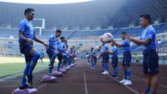 Indosport - Persib Bandung akan melakoni pertandingan uji coba menghadapi klub Liga 2, PSKC Cimahi, Selasa (15/06/21).