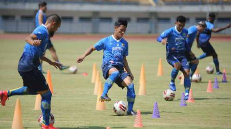 Persib menggelar latihan perdana di Stadion Gelora Bandung Lautan Api (GBLA), Kota Bandung, Senin (10/08/20). - INDOSPORT