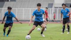 Indosport - Elkan Baggott (tenga) saat mengikuti TC Timnas U-19 di Stadion Madya, Senayan.