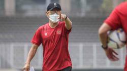 Pelatih tTimnas Indonesia, Shin Tae-yong, memimpin latihan.