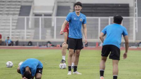 Elkan Baggott (tengah) saat mengikuti TC Timnas U-19 di Stadion Madya, Senayan. - INDOSPORT