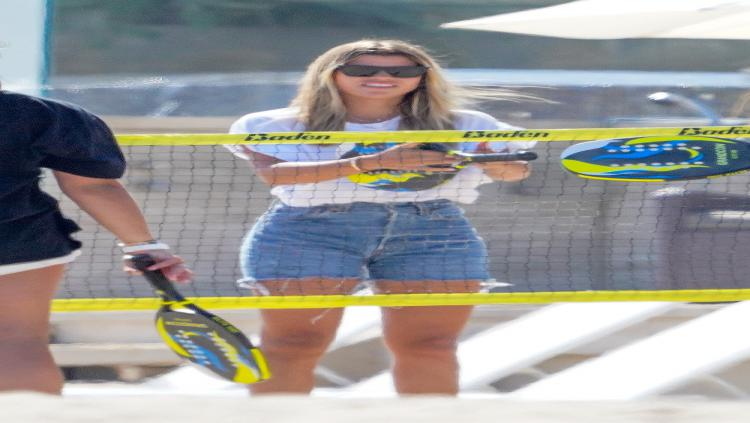 Sofia Richie saat bermain badminton di pantai. Copyright: Hollywood Life