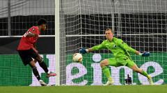 Indosport - Kiper Copenhagen, Karl-Johan Johnsson, melawan pemain Manchester United, Marcus Rashford, dalam duel Liga Europa 2019/20, Selasa (11/08/20) dini hari WIB.