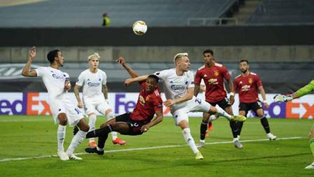 Duel pemain Manchester United, Anthony Martial dengan pemain Coppenhagen Pierre Bengtsson dan Andreas Bjelland pada perempat Final Liga Eropa.