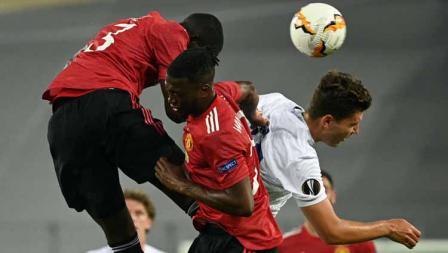 Duel pemain Manchester United dengan pemain Coppenhagen dalam laga perempat Final Liga Eropa.