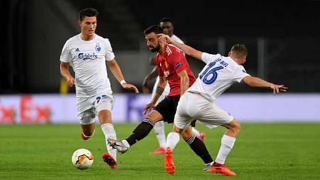 Pemain Manchester United, Bruno Fernandes yang ditantang duel dengan pemain Coppenhagen Pep Biel dalam laga perempat Final Liga Eropa.