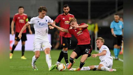 Pemain Manchester United, Brandon Williams mendapat tekel dari Mikkel Kaufmann dalam laga perempat Final Liga Eropa.