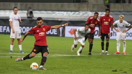 Bruno Fernandes saat melakukan eksekusi tendangan pada titik penalti pada perempat Final Liga Eropa.