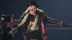 Indosport - Legenda WWE, Chris Jericho mengaku merasa tertantang untuk bertarung melawan petinju kelas berat legendaris sekaligus musuhnya yakni Mike Tyson.