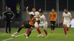 Indosport - Bintang Wolves, Adama Traore, berduel dengan pemain Sevilla dalam pertandingan perempatfinal Liga Europa 2019/20, Rabu (12/08/20) dini hari WIB.