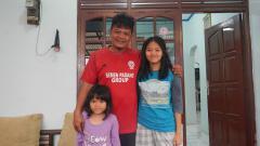 Indosport - Striker legendaris Liga Indonesia era 1990-an, Buyung Ismu, bersama kedua putrinya.