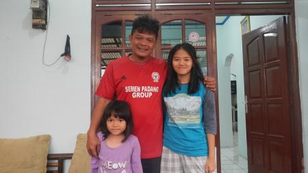 Striker legendaris Liga Indonesia era 1990-an, Buyung Ismu, bersama kedua putrinya. - INDOSPORT