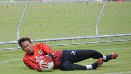 Kiper Persib Bandung, I Made Wirawan saat berlatih di Stadion Gelora Bandung Lautan Api (GBLA), Kota Bandung, Kamis (13/8/20). - INDOSPORT
