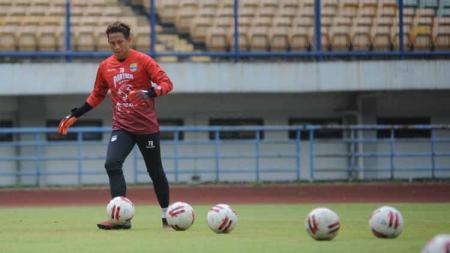 Kiper Persib Bandung, I Made Wirawan saat berlatih di Stadion Gelora Bandung Lautan Api (GBLA), Kota Bandung, Kamis (13/08/2020). - INDOSPORT