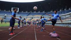 Indosport - Persib Bandung berlatih di Stadion Gelora Bandung Lautan Api (GBLA), Kota Bandung, Kamis (13/08/20).