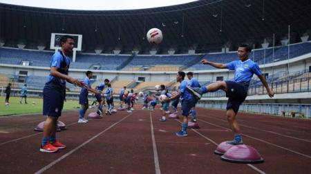 Persib Bandung berlatih di Stadion Gelora Bandung Lautan Api (GBLA), Kota Bandung, Kamis (13/8/20). - INDOSPORT