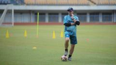 Indosport - Pelatih Persib Bandung, Robert Rene Alberts, saat memimpin latihan di Stadion Gelora Bandung Lautan Api (GBLA), Kota Bandung, Kamis (13/08/2020).