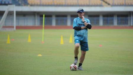 Pelatih Persib Bandung, Robert Rene Alberts, saat memimpin latihan di Stadion Gelora Bandung Lautan Api (GBLA), Kota Bandung, Kamis (13/08/2020). - INDOSPORT