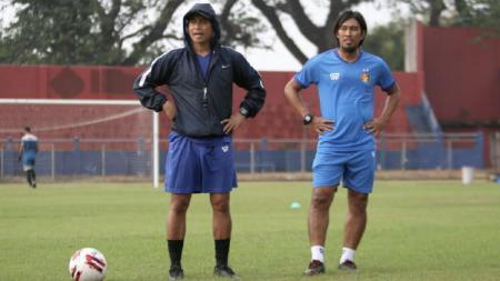 Pelatih Persik Kediri, Joko Susilo, bersama Budi Sudarsono. - INDOSPORT