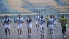 Indosport - Persib Bandung menggelar latihan di Stadion SPOrT Jabar Arcamanik, Kota Bandung, Jumat (18/09/2020) untuk persiapan menghadapi lanjutan kompetisi Liga 1 2020.