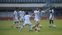 Indosport - Pelatih Persib Bandung, Robert Rene Alberts, mengasah transisi bertahan dan menyerang pasukannya pada sesi latihan yang berlangsung di Stadion GBLA.
