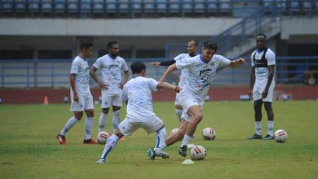 Pemain Persib Bandung, Nick Kuipers saat berlatih di Stadion Gelora Bandung Lautan Api (GBLA), Kota Bandung, Jumat (14/08/2020). - INDOSPORT