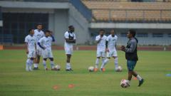 Indosport - Asisten pelatih Persib Bandung, Budiman, saat memberikan pengarahan di Stadion Gelora Bandung Lautan Api (GBLA), Kota Bandung, Jumat (14/08/2020).