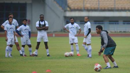 Tim sepak bola Persib Bandung, berencana menambah pemain U-20 untuk persiapan mengarungi lanjutan kompetisi Liga 1 2020 yang akan bergulir kembali pada 1 Oktober mendatang. - INDOSPORT