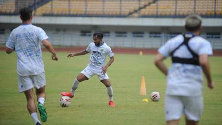 Pemain Persib Bandung, Zulham Zamrun, saat berlatih di Stadion Gelora Bandung Lautan Api (GBLA), Kota Bandung, Jumat (14/08/2020). - INDOSPORT