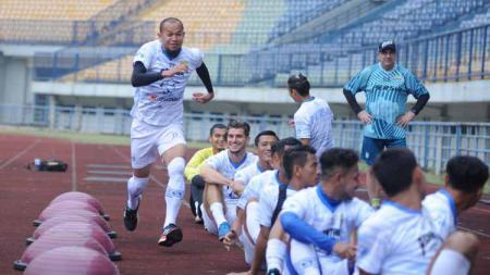 Pemain Persib Bandung berlatih di Stadion Gelora Bandung Lautan Api (GBLA), Kota Bandung, Jumat (14/08/20). - INDOSPORT