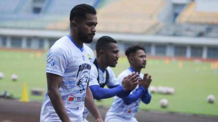 Dua pemain Persib Bandung, Zulham Zamrun dan Victor Igbonefo menunjukkan kegarangan mereka bak hendak berduel tinju seperti Mike Tyson dan Roy Jones. - INDOSPORT