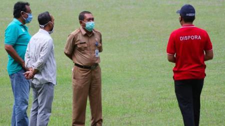 Owner AA Tiga Naga, Rudi Sinaga (kiri), saat meninjau Stadion Utama Riau, beberapa hari lalu. - INDOSPORT