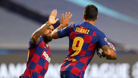 Selebrasi Luis Suarez dengan rekan setimnya Arturo Vidal usai mencetak gol untuk timnya dalam laga perempatfinal Liga Champions 2019/20.