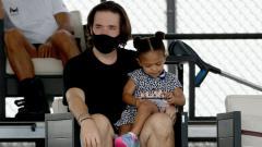 Indosport - Alexis Ohanian bersama putrinya, Olympia kala menyaksikan laga Serena Williams di Lexington.
