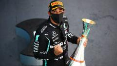 Indosport - Pembalap Mercedes, Lewis Hamilton, menjuarai Formula 1 GP Spanyol, Minggu (16/8/20).