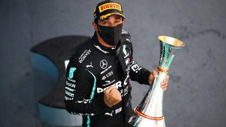 Pembalap Mercedes, Lewis Hamilton, menjuarai Formula 1 GP Spanyol, Minggu (16/08/20). - INDOSPORT