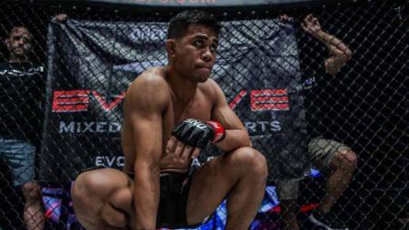 Petarung MMA Indonesia, Eko Roni Saputra sukses membuat jawara tinju Malaysia, Murugan Silvarajoo di kompetisi ONE Championship bertajuk ONE: Reign of Dynasties - INDOSPORT